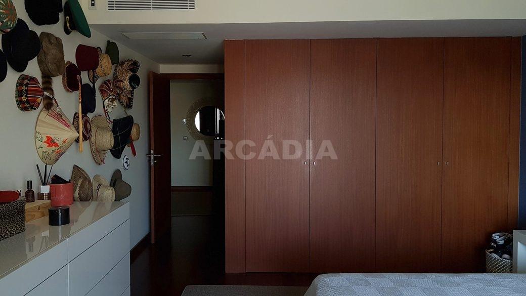 Apartamento-de-luxo-no-coracao-de-braga-suite-1-armarios-embutidos