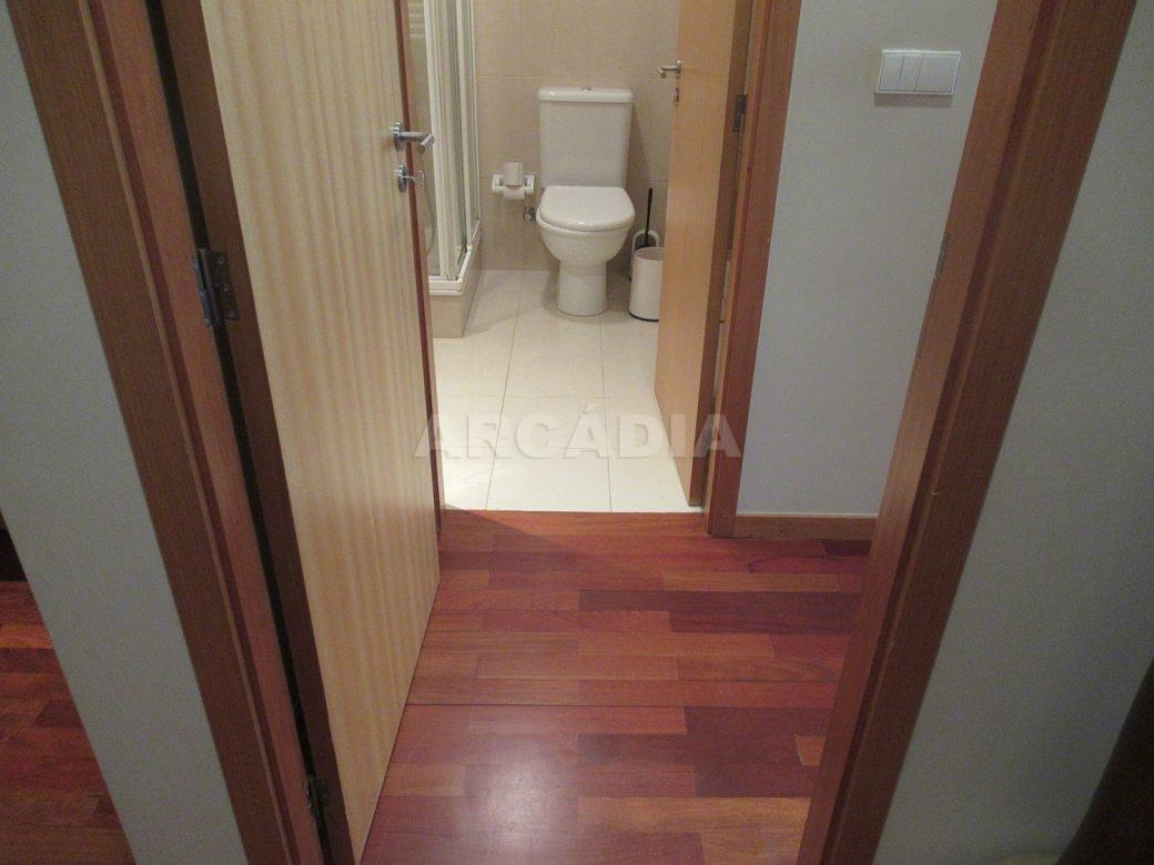 Arrendar-Como-novo-Proximo-do-Centro-da-Cidade-de-Braga-Suite-Entrada-WC-chao