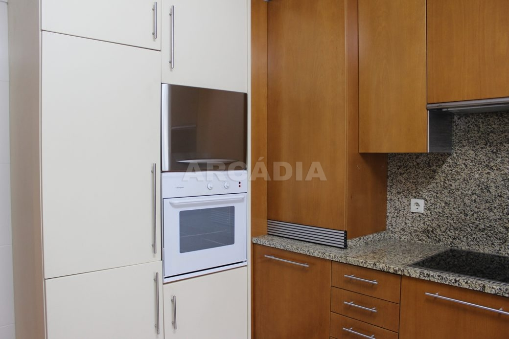 Arrendar-Como-novo-Proximo-do-Centro-da-Cidade-de-Braga-cozinha-armarios