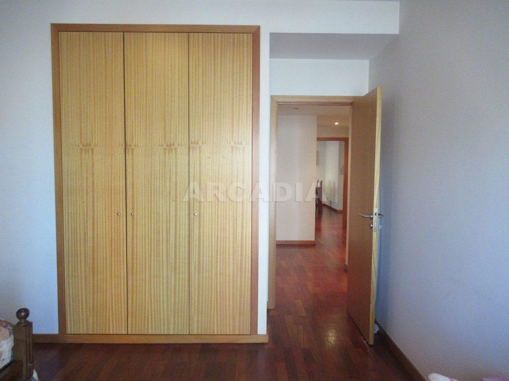 Arrendar-Como-novo-Proximo-do-Centro-da-Cidade-de-Braga-quarto-do-meio-armarios-embutidos