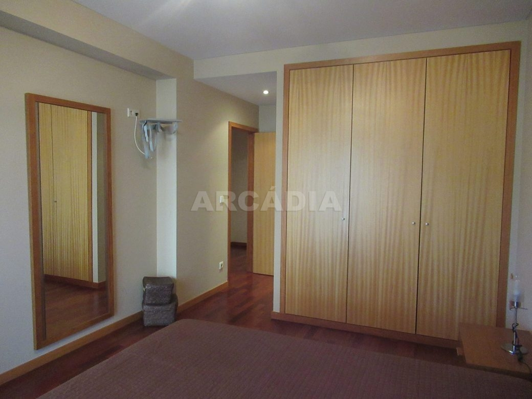 Arrendar-Como-novo-Proximo-do-Centro-da-Cidade-de-Braga-suite-armarios-embutidos-espelho
