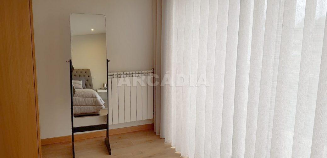R-Moradia-V3-Merelim-Sao-Pedro-1andar-suite-closet-varanda
