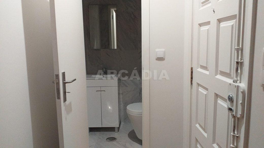 T2-Para-Arrendar-ao-Lado-da-Se-1-porta-entrada-wc-servico