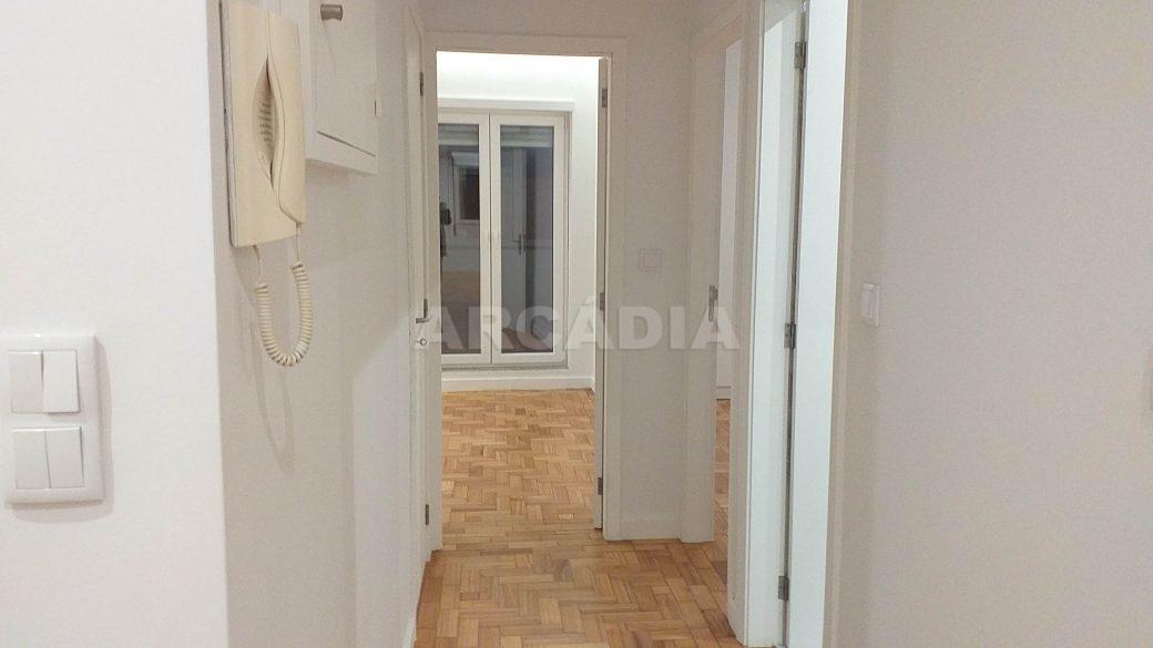 T2-Para-Arrendar-ao-Lado-da-Se-14-corredor-para-quartos