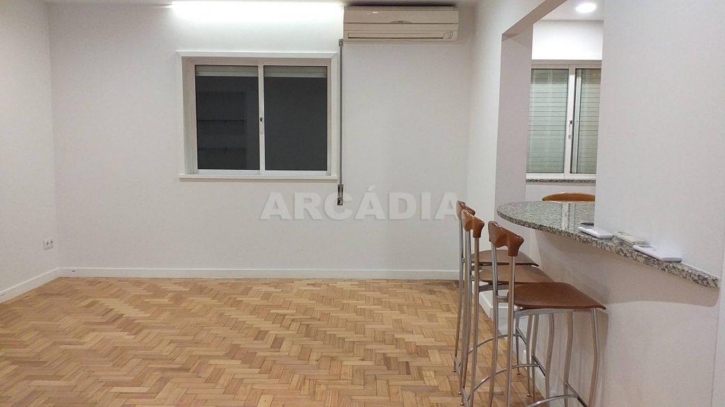 T2-Para-Arrendar-ao-Lado-da-Se-33-sala-cozinha
