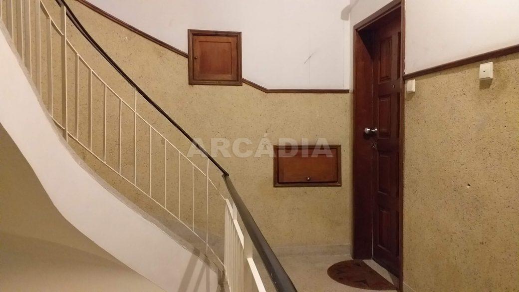 T2-Para-Arrendar-ao-Lado-da-Se-37-entrada-apartamento