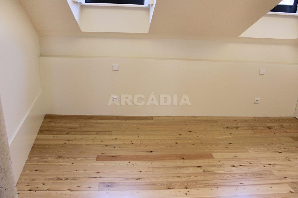 Predio-Moradia-restaurado-em-sao-vicente-braga-21-suite-piso-madeira
