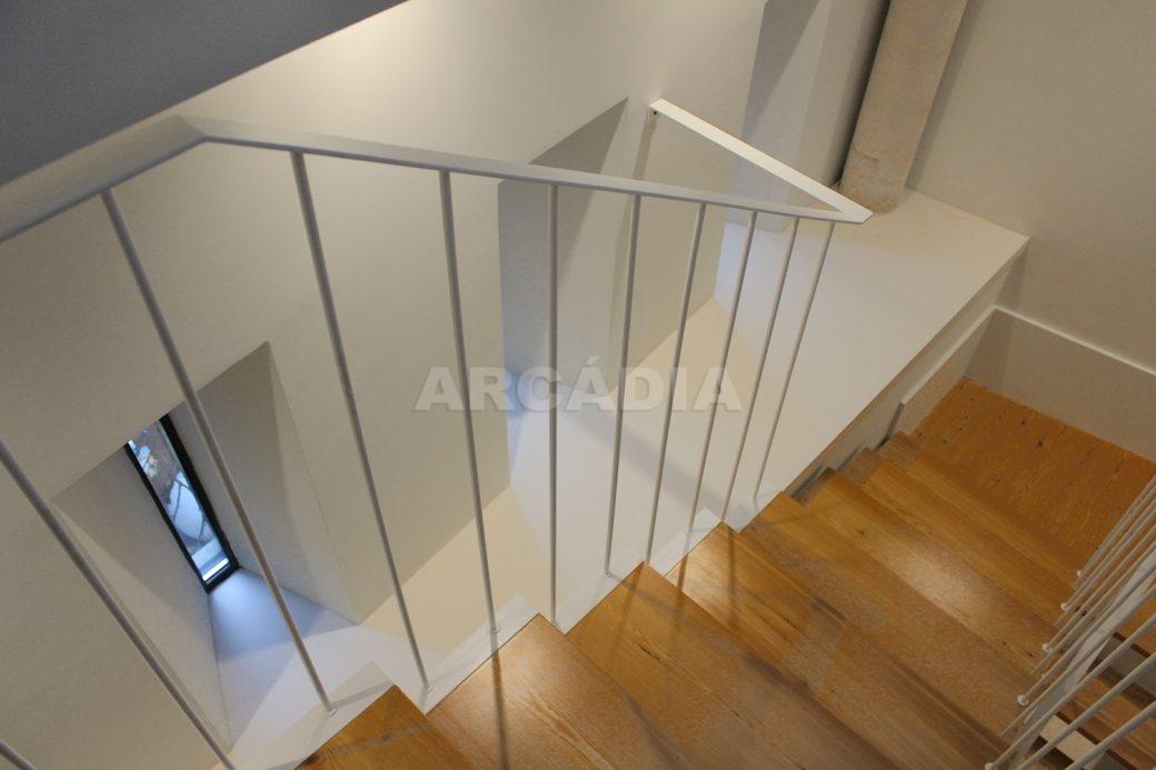 Predio-Moradia-restaurado-em-sao-vicente-braga-28-escadas-de-acesso