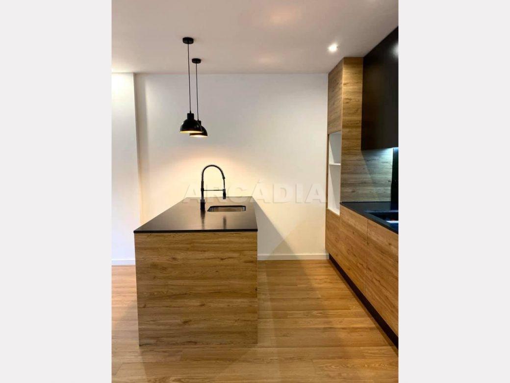 apartamento-t2-restaurado-no-centro-de-braga-cozinha-balcao