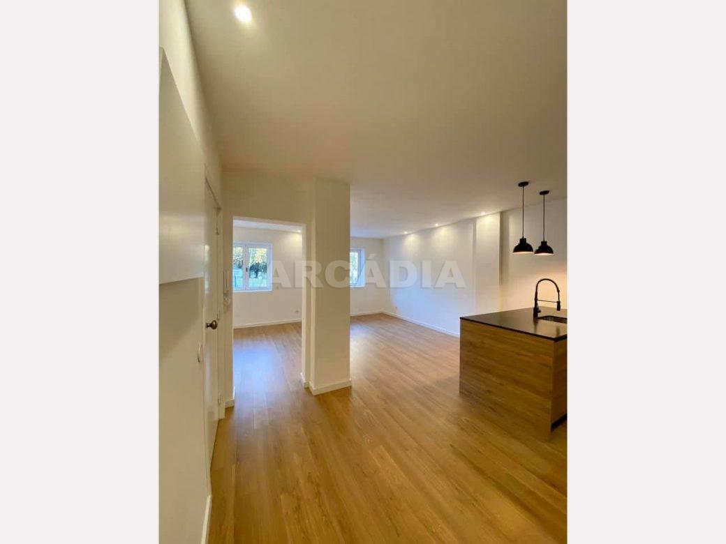 apartamento-t2-restaurado-no-centro-de-braga-cozinha-entrada-espaco