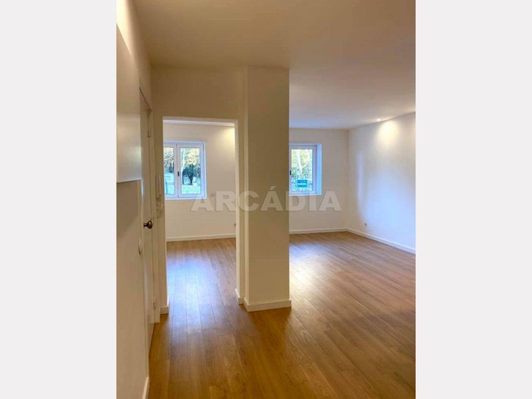 apartamento-t2-restaurado-no-centro-de-braga-cozinha-sala-janelas
