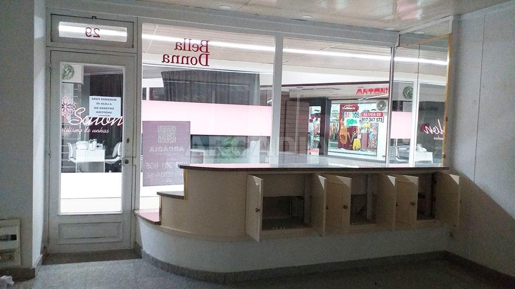 Arcadia-Imobiliaria-Loja-Arrendar-Centro-Comercial-Braga-3622-3-montra-armario-embutido