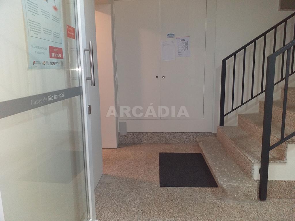 Arcadia-Imobiliaria-T1-Novo-Arrendar-Braga-Sao-Vicente-1-escadas